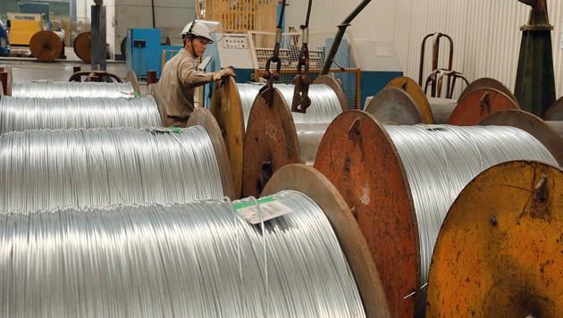 Stahlarbeiter bei der Vorbereitung von Stahlkabelrollen in Nantong in der östlichen chinesischen Provinz Jiangsu (Bild: APA/AFP)