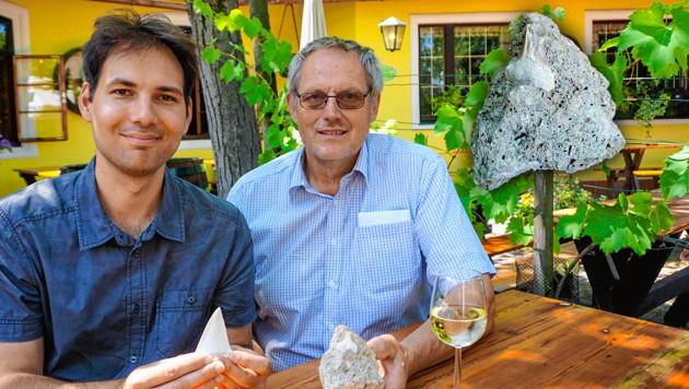 Wissenschaftler Robert Krickl (links) und Winzer Leopold Wurth mit dem fossilen Zahn des Ur-Weißen-Hais (Bild: Robert Krickl, Rita Povolny, krone.at-Grafik)