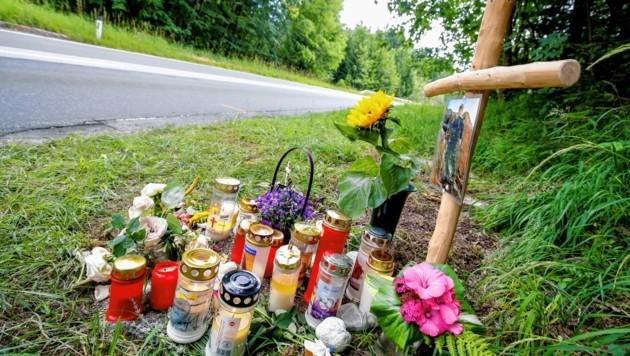 Die trauernden Angehörigen stellten auf der Unfallstelle bei der L210 ein Kreuz, Kerzen und Blumen auf (Bild: MARKUS TSCHEPP)