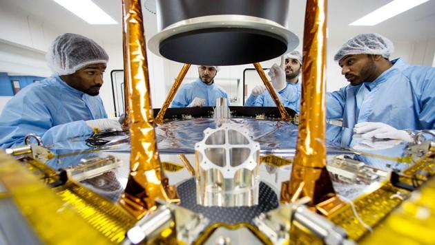 """Techniker mit der Sonde """"Hope"""" im Reinraum (Bild: Mohammed bin Rashid Space Centre)"""