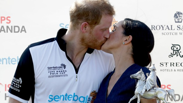 Prinz Harry küsst seine Frau Meghan nach dem Senetable ISPS Hand Polo Cup (Bild: Copyright 2018 The Associated Press. All rights reserved.)