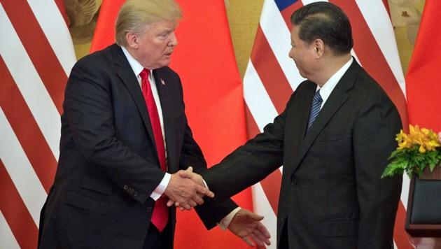 Haben erhöhten Gesprächsbedarf: US-Präsident Trump und sein chinesisches Gegenüber Xi Jinping (Bild: APA/AFP/NICOLAS ASFOURI)