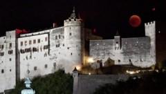 Der Mond über der Festung Hohensalzburg (Bild: APA/BARBARA GINDL)