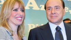 Alessandra Mussolini mit Silvio Berlusconi (Bild: AFP)