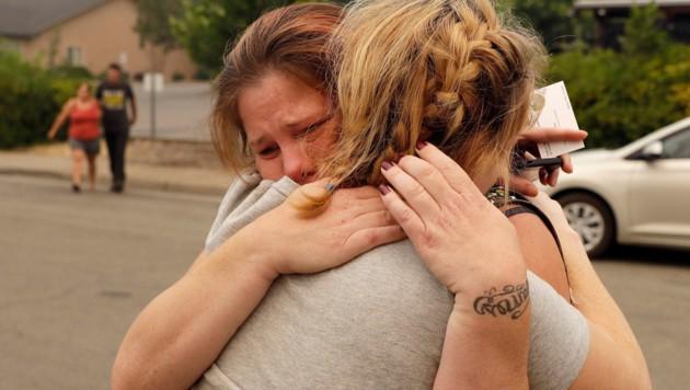 Sherry Bledsoe und ihre Schwester weinen um ihre im Feuer gestorbenen Kinder. (Bild: AP)