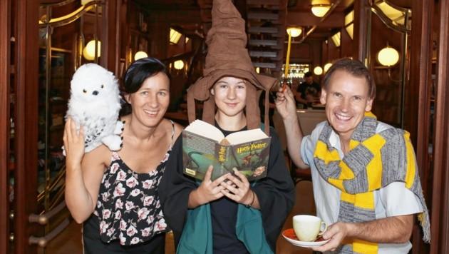 Josephine Engl, Tochter Tara und Gert Wakonig laden in die Welt von Harry Potter - auch am Sonntag