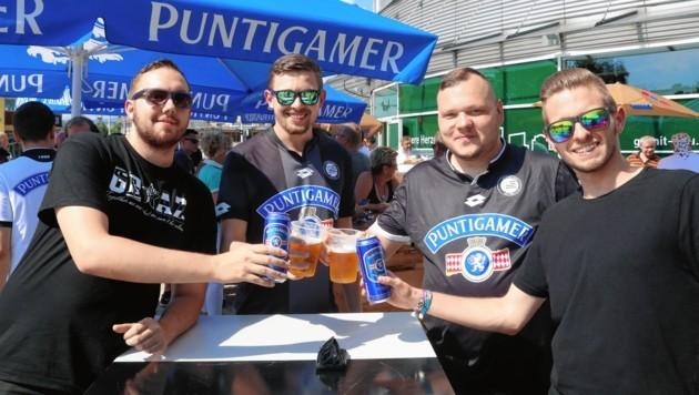 Die Sturm-Fans freuen sich vor dem Ajax-Spiel über den Bier-Erlass der UEFA. (Bild: Sepp Pail)