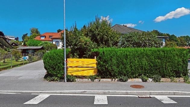 An der Kreuzung Packer Straße/Victor-von-Geramb-Straße kam der Pkw von der Straße ab und durchbrach diese Hecke. (Bild: © Elmar Gubisch)