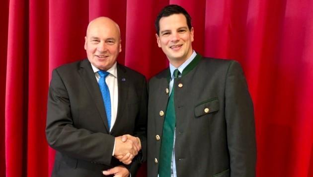 Landesparteiobmann-Stellvertreter Hannes Amesbauer mit dem FPÖ-Bürgermeister Willibald Ebner von Breitenau am Hochlantsch (links) (Bild: FPÖ Steiermark)
