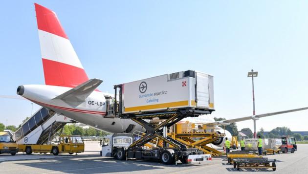 In der Zeit, in der die Jets in Linz stehen, werden sie unter anderem gereinigt und auch mit Getränken, Snacks und Wasser versorgt. (Bild: Harald Dostal)