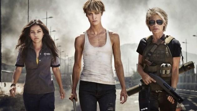 Muskulös und schwer bewaffnet: Natalia Reyes, Mackenzie Davis und Linda Hamilton (Bild: Paramount Pictures)