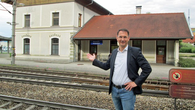 Neumarkts Bürgermeister Adi Rieger sucht alte Fotos des ursprünglichen Bahnhofs (Bild: Stadtgemeinde Neumarkt)