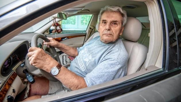 Probesitzen fürs Foto: Johann T. (81) will nach einem Unfall mit Todesfolge seinen Führerschein retour! (Bild: Imre Antal)