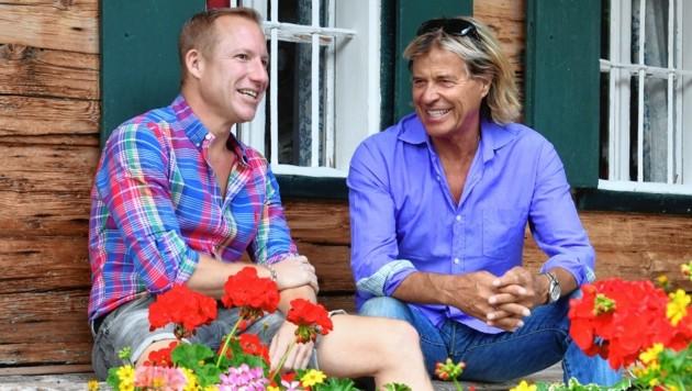 Hansi Hinterseer im bärigen Sommergespräch mit Stefan Weinberger auf der Alm (Bild: Kerstin Joensson)