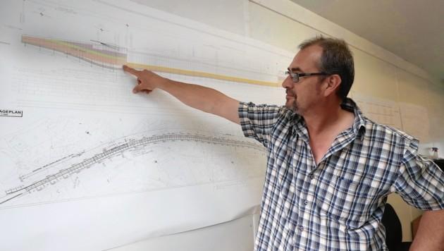 Bauleiter Harald Wimmer zeigt den Gesamtplan der alles in allem rund 1600 Meter langen Unterflurtrasse. (Bild: Juergen Radspieler)