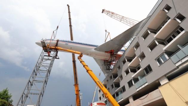 Man fragt sich, wie das möglich ist: Das Flugzeug ragt weit über das Gebäude hinaus. (Bild: Juergen Radspieler)
