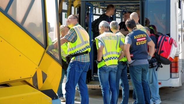 Ärzte, Dolmetscher, Polizei-Eskorte und Menschenrechtsbeobachter sind mit an Bord von Abschiebechartern. (Bild: LPD Steiermark, Jürgen Markowecz)