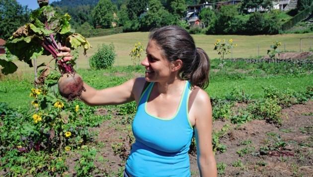 Geschäftsleiterin Antonia Osberger mit ihrer Ausbeute. So sieht eine perfekte rote Rübe aus (Bild: A. Gerzabek)