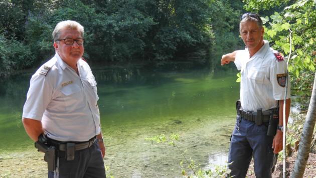 Johann Bramhas (li.) und Christian Renner an der Stelle, wo sie den Pensionisten im Bach fanden und bargen. (Bild: laumat.at/Matthias Lauber)