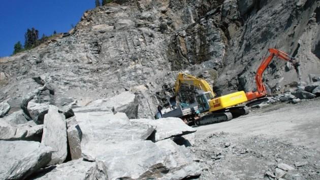 In einem Steinbruch in Kärnten fuhren Unbekannte mit einem Kettenbagger und beschädigten eine Steinzerkleinerungsmaschine (Symbolbild) (Bild: Kronen Zeitung)