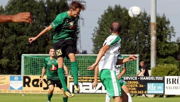 Grünau-Stürmer Christian Schnöll beim Kopfball (Bild: Daniel Krug sen.)
