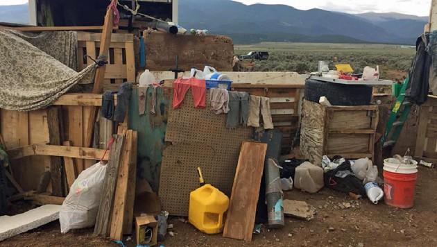 Die Suche nach einem vermissten Dreijährigen hat die Polizei zu diesem Unterschlupf zweier Männer in New Mexico geführt. (Bild: APA/AFP/TAOS COUNTY SHERIFF'S OFFICE)