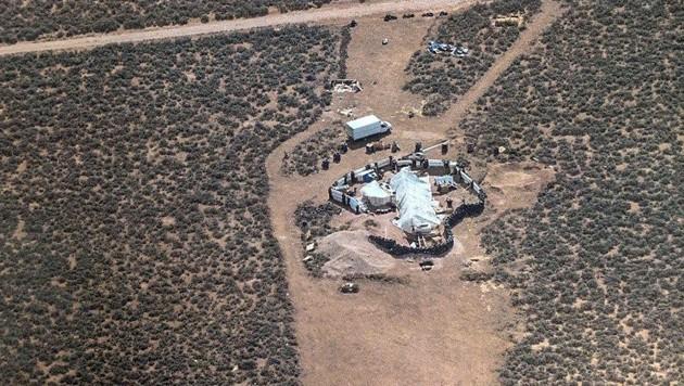 In dieser verlassenen Gegend von New Mexico hielten sich die zwei Männer mit den Frauen und Kindern auf. (Bild: APA/AFP/TAOS COUNTY SHERIFF'S  OFFICE)