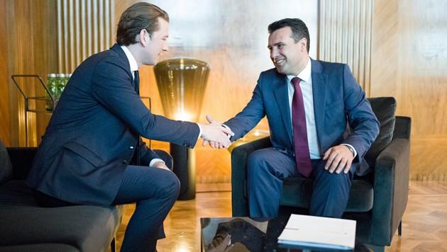 Bundeskanzler Sebastian Kurz unterstützte seinen mazedonischen Amtskollegen Zoran Zaev bei der Volksabstimmung über den neuen Namen seines Landes. (Bild: APA/GEORG HOCHMUTH)