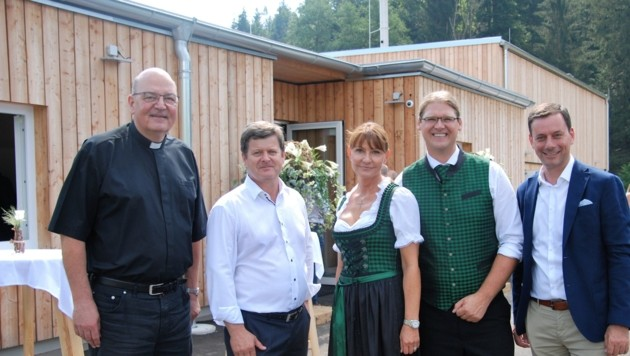 Von links: Stadtpfarrprobst Christian Leibnitz, Bürgermeister Klaus Steinberger, Michaela und Roman Wurzer, Nationalratsabgeordneter Ernst Gödl (Bild: ÖVP Graz-Umgebung/Paulmichl)