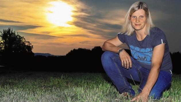Maria Sams aus Neumarkt vor der ausgetrockneten Wiese (Bild: www.neumayr.cc)