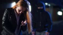 Stalker verfolgt Frau, Symbolfoto (Bild: rock_the_stock - stock.adobe.com)