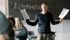 """Lehrer Rainer Wenger (Jürgen Vogel) im Film """"Die Welle"""" (Bild: Constantin Film)"""