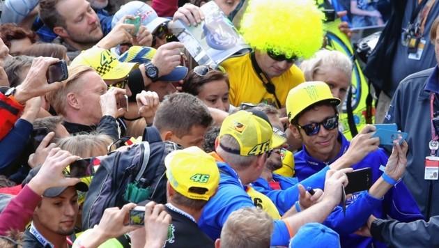 Auch wenn er derzeit nicht die Weltmeisterschaft anführt: Der Italiener Valentino Rossi wird wie im Vorjahr der Liebling der Fans sein. (Bild: Sepp Pail)