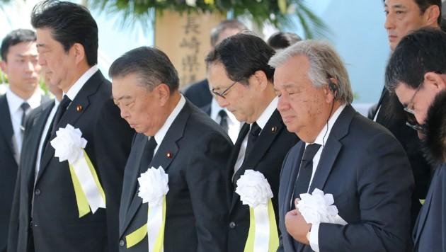 Antonio Guterres (re.) und Japans Premierminister Shinzo Abe (li.) (Bild: AFP)