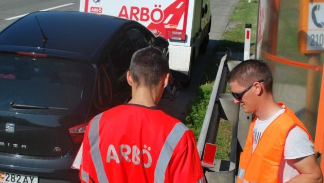 Pannen auf der Autobahn sind meist nicht ungefährlich. Daher rasch Pannendreieck aufstellen und hinter der Leitplanke auf Hilfe warten (Bild: ARBÖ/KK)