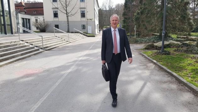 Andreas Janko, Vizerektor für Lehre und Studierende, muss die Erledigung jeden einzelnen Antrag auf Erstattung des Studienbeitrags unterschreiben. (Bild: Werner Pöchinger)