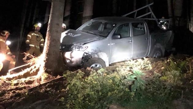 Auf der Bergstraße kam ein talwärts fahrender Pick-Up vom Weg ab, schlitterte ca. 150 m über eine abschüssige Wiese und stürzte schließlich über eine Geländekante in den Wald. (Bild: FF Grossarl)