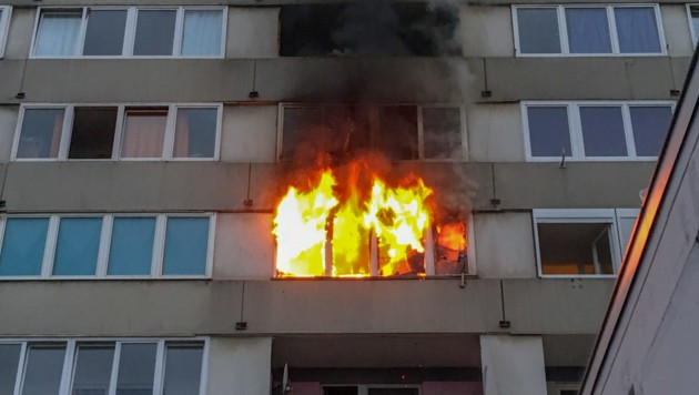 Fünf Verletzte bei Brand in einem Linzer Hochhaus. (Bild: FOTOKERSCHI.AT/KERSCHBAUMMAYR)