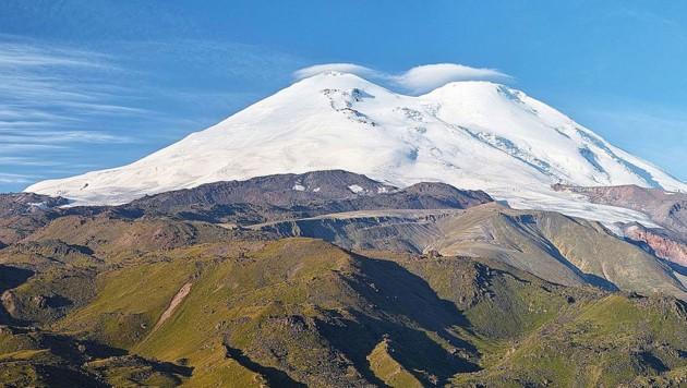 Der Doppelgipfel des Elbrus (Bild: Wikipedia/Lev Kalmykov (CC BY-SA 4.0))