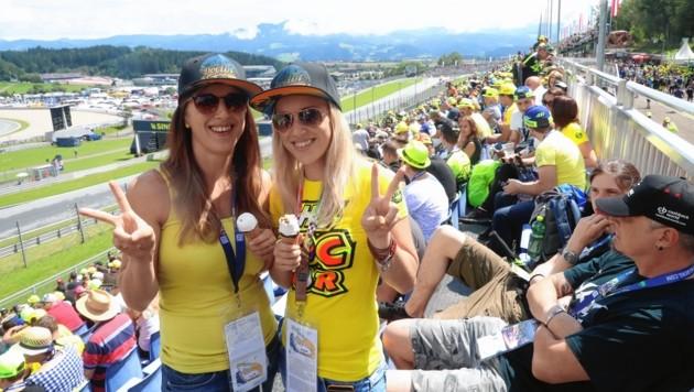 Die Rossi-Fans haben ihren Spaß auf der Tribüne. (Bild: Sepp Pail)