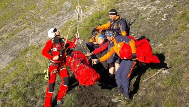 Die Wienerin wurde in der Früh per Hubschrauber vom Frauenkogel ins Krankenhaus geflogen. (Bild: Bergrettung Hüttschlag/Markus Rettenwender)
