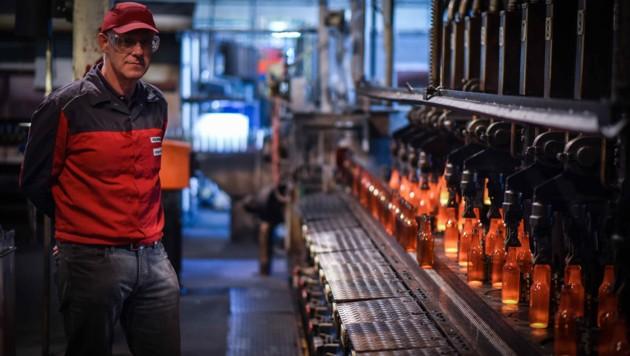 Aus einem 1100 Grad heißen Tropfen werden in dem von Thomas Poxleitner geführten Werk in Kremsmünster Falschen produziert. (Bild: Markus Wenzel)