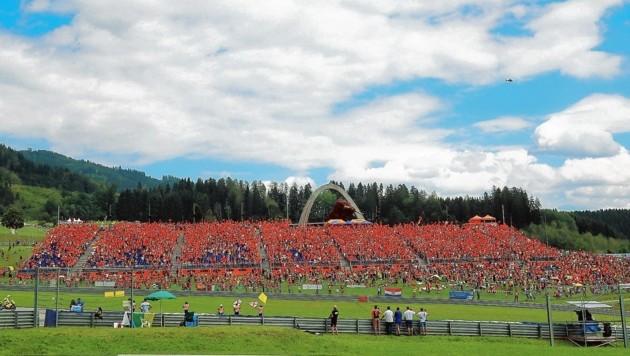 Die orangen Fans standen wie eine Wand hinter KTM - bald sollen auch Siege her. (Bild: Sepp Pail)