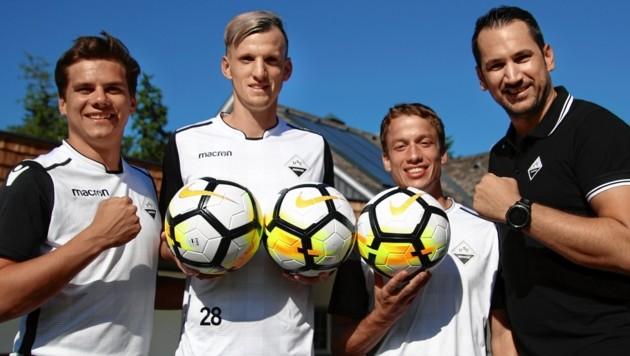 Abersee ( von links Maximilian Wimmer, Peter Csorba, Johannes Praschl und Trainer Manuel Stadler) befindet sich auch nach dem Aufstieg in die 2. Landesliga im Höhenflug. Foto: Andreas Tröster (Bild: Kronen Zeitung)