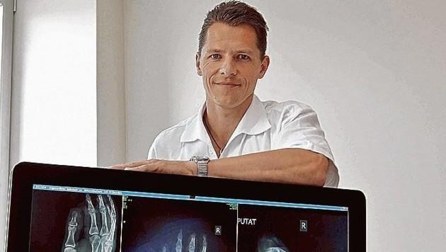 Salzburg: Dr. Micha Kucharczyk und sein OP-Team nähten den abgetrennten Arm wieder an. (Bild: MARKUS TSCHEPP)