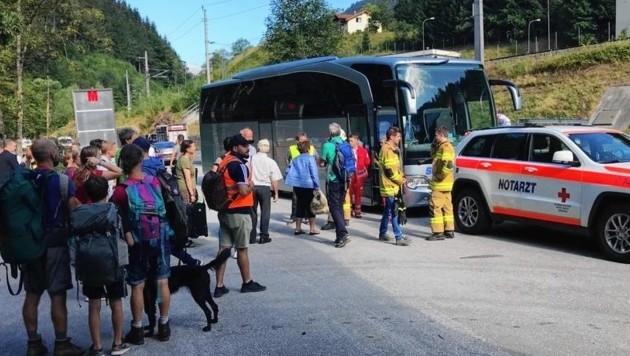 Die Passagiere wurden von der Sammelstelle mit einem Bus abgeholt. (Bild: Rotes Kreuz)