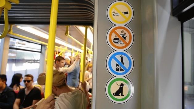 Orange Sticker machen jetzt auf das Essverbot aufmerksam. (Bild: Jöchl Martin)