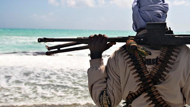Ein schwer bewaffneter Pirat an der somalischen Küste - nun tauchen immer öfter auch in der Karibik Seeräuber auf (Bild: AFP)