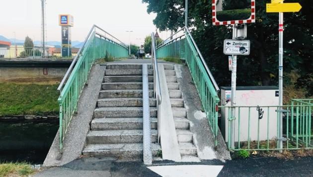"""Die """"Rille"""" soll es Radfahrern leichter machen, die Brücke zu überqueren. (Bild: Rosenzopf Christian/Kronen Zeitung)"""