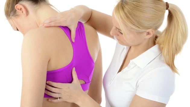 Mit Physiotherapie gegen Verspannungen und Schmerzen vorgehen (Bild: Dan Race/stock.adobe.com)